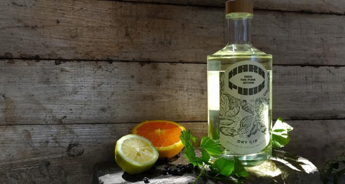 Nemeskomlókkal készített gint egy magyar kisüzemi sörfőzde